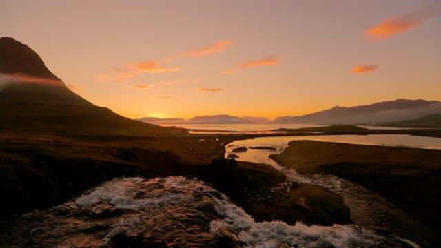 Amazing Kirkjufellsfoss waterval in de ochtend op IJsland, slow-motion