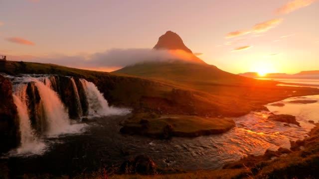 erstaunlich, der kirkjufellsfoss wasserfall am morgen an island, slow-motion - snäfellsnes stock-videos und b-roll-filmmaterial