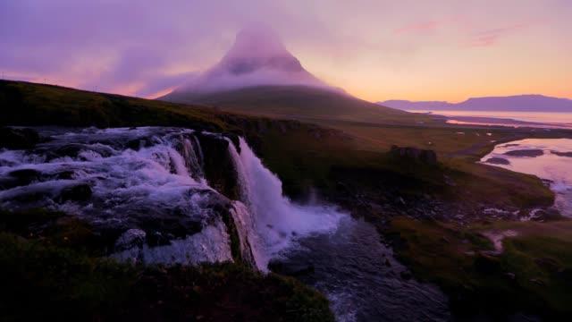 アイスランド、スローモーションで朝 kirkjufellsfoss 滝の素晴らしい - 遅い点の映像素材/bロール