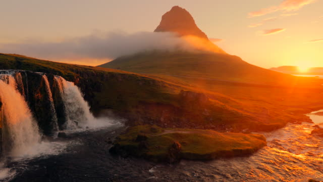 Amazing Kirkjufellsfoss waterval in de ochtend op IJsland