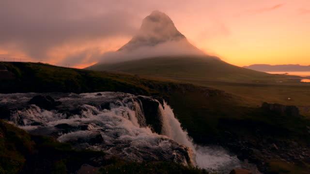 Erstaunlich, der Kirkjufellsfoss Wasserfall am Morgen an Island