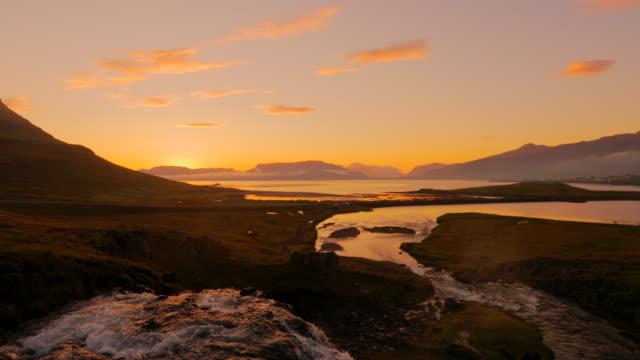 erstaunlich, der kirkjufellsfoss wasserfall am morgen an island - snäfellsnes stock-videos und b-roll-filmmaterial
