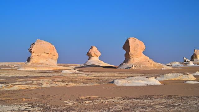 vidéos et rushes de incroyable de rock et de dunes de sable blanc désert sahara, egypte - rocher