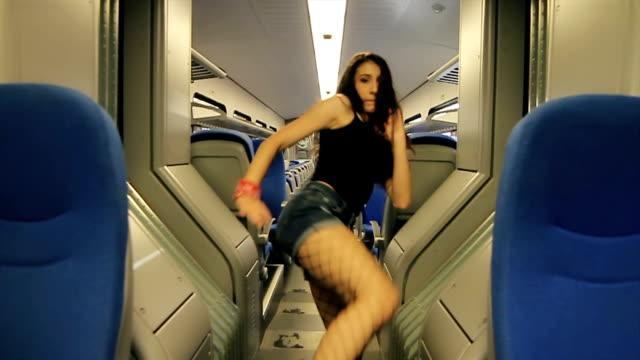 vídeos de stock e filmes b-roll de amazing solo dance freestyle,hip hop inside the train - street dance