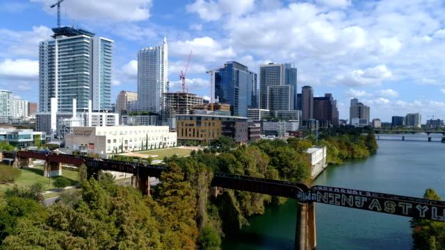 vídeos de stock e filmes b-roll de amazing summer sunny view of bridge train trestle over town lake in austin , texas - town