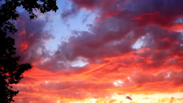 Erstaunliche Sonnenuntergang wie Feuer Flamme