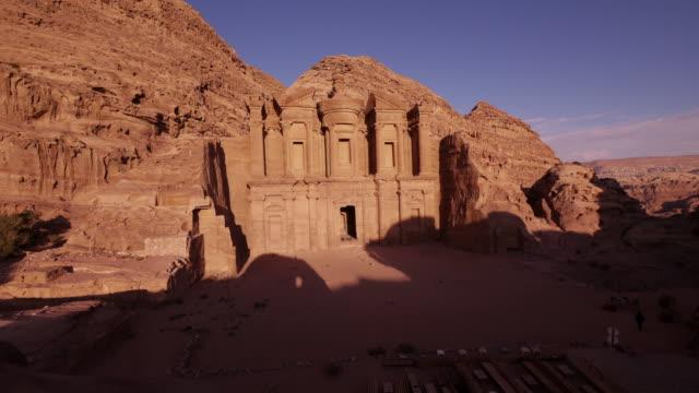 vídeos de stock e filmes b-roll de amazing tl - shadow moving over the ad-deir monastery in petra, jordan at nightfall - petra