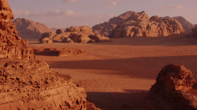 amazing tl shot of shadows growing longer in the evening at wadi rum, jordan, middle east - rock stock videos & royalty-free footage