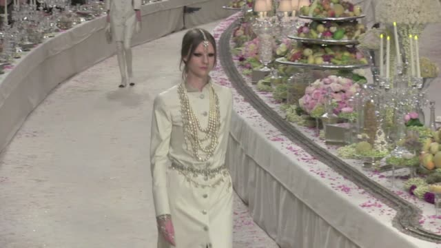 vidéos et rushes de amazing venue at the grand palais in paris for a special indian inspired fashion show event organized by chanel where the runway was held in the... - fashion show
