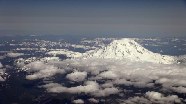 amazing view from above of mt. rainier in usa - mount rainier bildbanksvideor och videomaterial från bakom kulisserna
