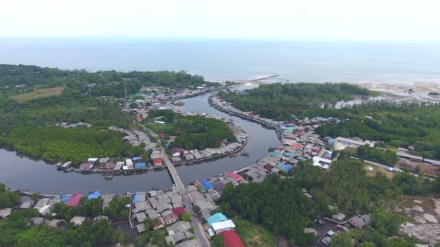 vídeos y material grabado en eventos de stock de impresionante vista de pueblo costero con curva de río y mar de fondo, video aéreo - árbol tropical