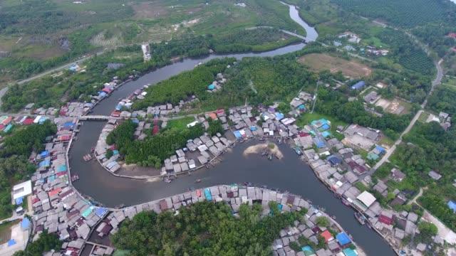 湾曲した川と海の背景、空撮、沿岸の村の素晴らしい景色 - デリー点の映像素材/bロール