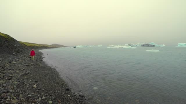 Herrliche Aussicht auf Gletscher See Jökulsárlón in Island, Sommer, asiatische Frauen Reisen in Island