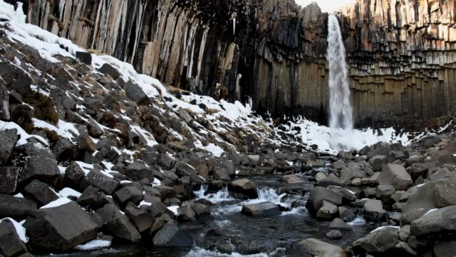 amazing view of svartifoss waterfall - colonna architettonica video stock e b–roll