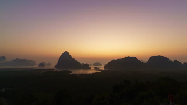 vídeos de stock, filmes e b-roll de incrível vista do nascer do sol no sa recebido nang chee, krabi, tailândia - ângulo agudo