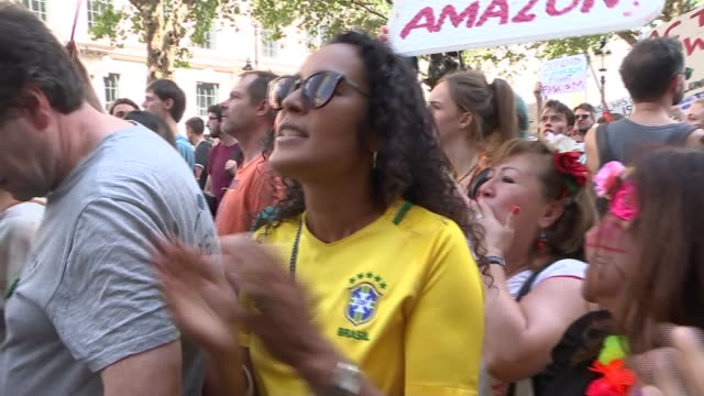world leaders join global condemnation of brazil; england: london: embassy of brazil: ext wide shot of brazilian embassy with protesters outside... - 画面切り替え カットアウェイ点の映像素材/bロール