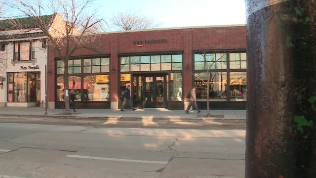 vidéos et rushes de amazon opened the doors of a brick-and-mortar store in chicago's lakeview neighborhood, giving customers a chance to test the e-commerce giant's take... - couverture de livre