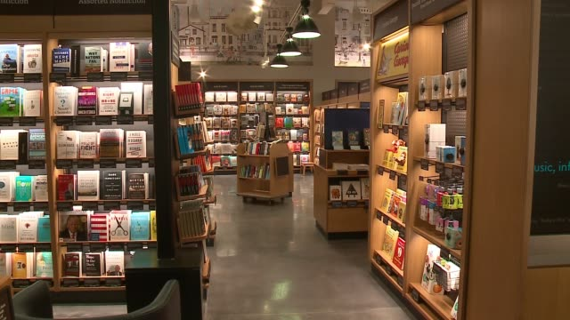 wgn amazon opened the doors of a brickandmortar store in chicago's lakeview neighborhood giving customers a chance to test the ecommerce giant's take... - buchdeckel stock-videos und b-roll-filmmaterial
