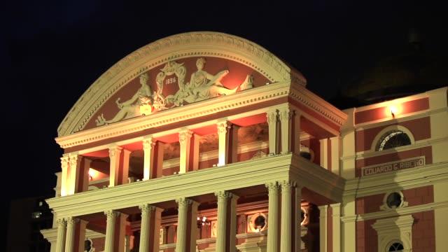 vídeos de stock, filmes e b-roll de amazon opera house (teatro amazonas) à noite - arte, cultura e espetáculo