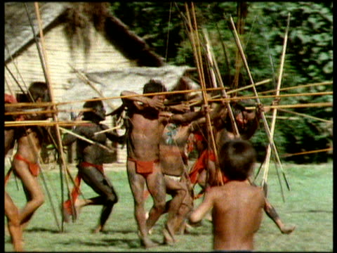 stockvideo's en b-roll-footage met amazon tribe running across field holding bow and arrows in ritual south america - latijns amerikaanse cultuur