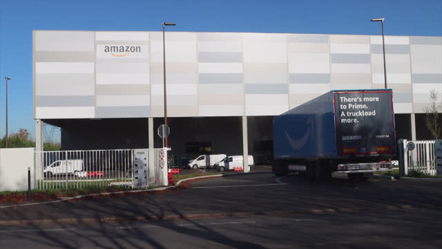 amazon truck arrives at warehouse. amazon warehouse in the paris region. amazon is an american e-commerce company based in seattle. it is one of the... - gafam stock-videos und b-roll-filmmaterial