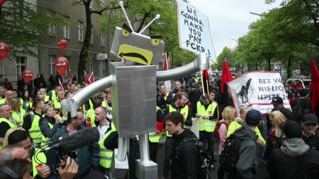 amazon warehouse workers protest outside the axel springer building on april 24 2018 in berlin germany several hundred amazon warehouse workers from... - demonstrant stock-videos und b-roll-filmmaterial