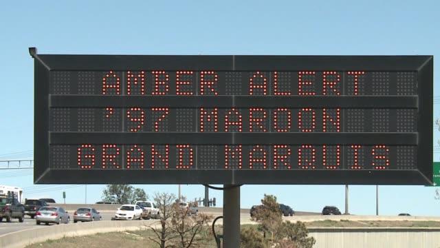 vídeos de stock, filmes e b-roll de ktxl amber alert sign on freeway - sinal informativo