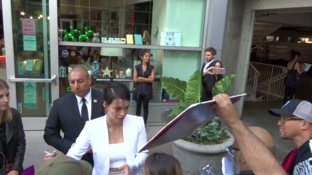 vidéos et rushes de amber midthunder signs for fans outside the legion season 3 premiere at arclight cinemas in hollywood in celebrity sightings in los angeles, - arclight cinemas hollywood