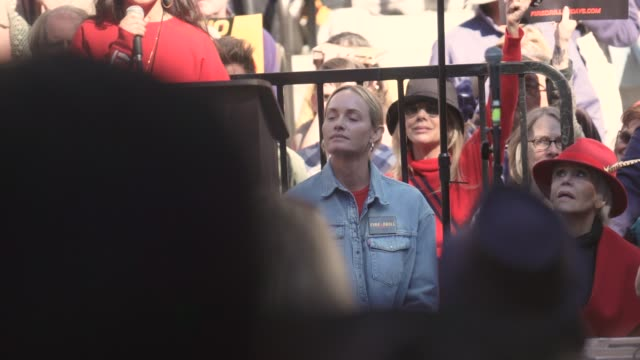 amber valletta at jane fonda's fire drill friday at los angeles city hall on february 07, 2020 in los angeles, california. - アンバー ヴァレッタ点の映像素材/bロール