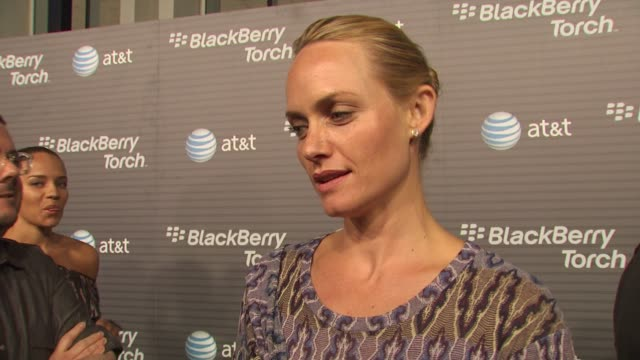 amber valletta on how long she's been a blackberry fan, her favorite thing about the new blackberry torch, why she wanted to come out and be a part... - アンバー ヴァレッタ点の映像素材/bロール