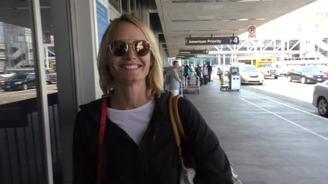 amber valletta talks about how her flight just got canceled at lax airport - celebrity sightings on aug 24, 2016 in los angeles, california. - アンバー ヴァレッタ点の映像素材/bロール