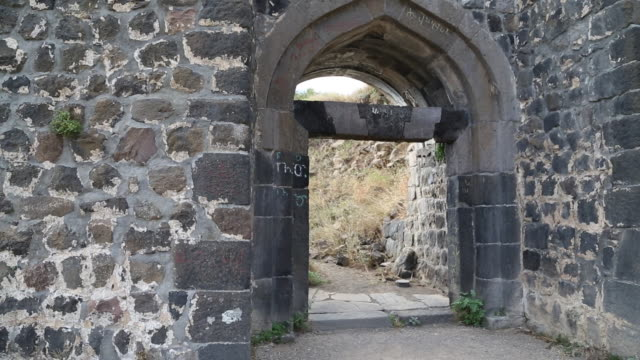 amberd castle, main gate in the outer walls - ca. 7 jahrhundert stock-videos und b-roll-filmmaterial
