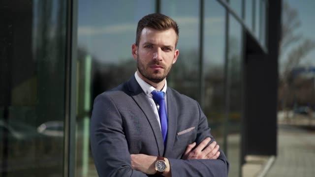 vidéos et rushes de l'ambition est ce dont vous avez le plus besoin pour devenir un homme d'affaires prospère - visage sans expression
