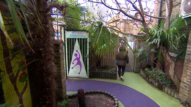vidéos et rushes de ambler primary a city school using plants and greenery to shield the playground from pollution - aménagement de l'espace