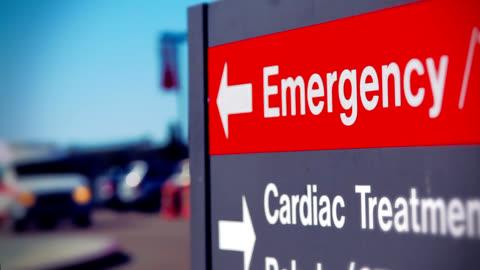 vídeos y material grabado en eventos de stock de ambulancia y la sala de emergencias señal - primeros auxilios