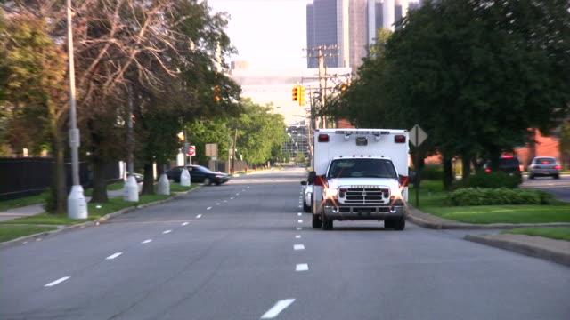 krankenwagen und polizei auto vorbei an. - rettungswagen stock-videos und b-roll-filmmaterial