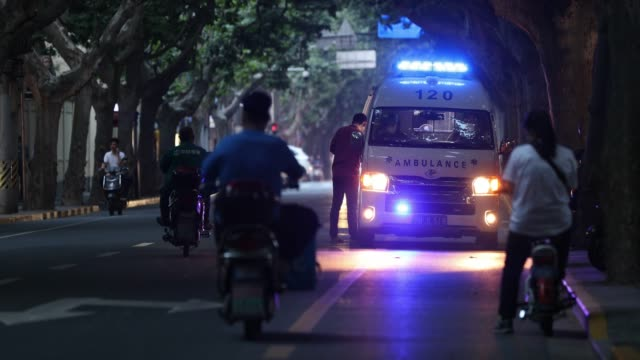 stockvideo's en b-roll-footage met ambulance in china during covid-19 emergency - china east asia