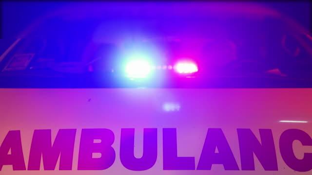 stockvideo's en b-roll-footage met ambulancelichten knipperen 's nachts. - bord in geval van nood