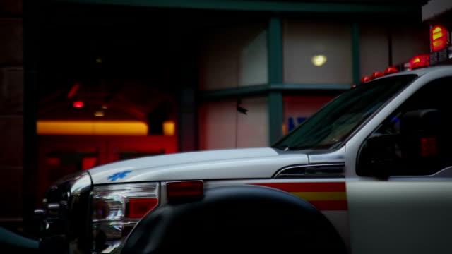 Ambulancia cerca de un edificio de oficinas