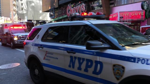 ambulance, nypd and suspect - retter rettungsaktion stock-videos und b-roll-filmmaterial