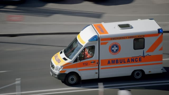 ambulance on an emergency ride in the city - televisione a ultra alta definizione video stock e b–roll