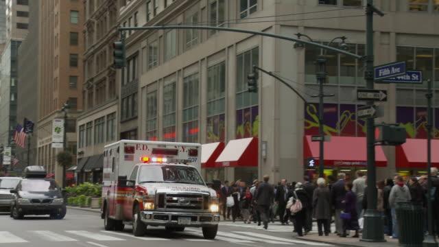 stockvideo's en b-roll-footage met ms pan shaky ambulance on busy street / new york city, new york, usa - straatnaambord