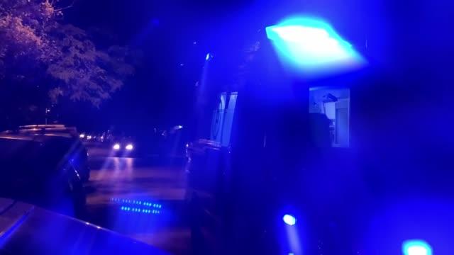 krankenwagen steht nachts auf der straße - erste hilfe stock-videos und b-roll-filmmaterial