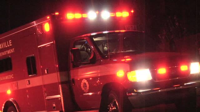 rettungswagen große - rettungswagen stock-videos und b-roll-filmmaterial