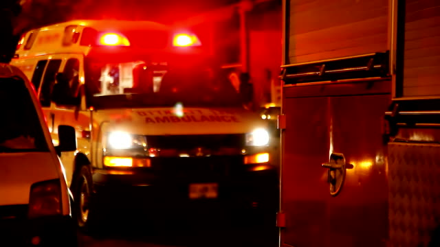 Ambulancia con encendida sirena por la noche