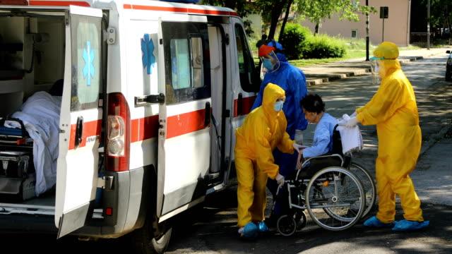 sanitäter mit patienten. medizinischer notdienst am arbeitsplatz - retter rettungsaktion stock-videos und b-roll-filmmaterial