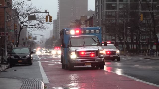 vídeos de stock, filmes e b-roll de ambulances and sirens going to hospitals on 1st avenue - ambulância