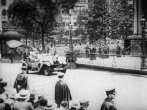 vidéos et rushes de amelia earhart others in convertible stop in front of city hall / nyc / newsreel - 1928