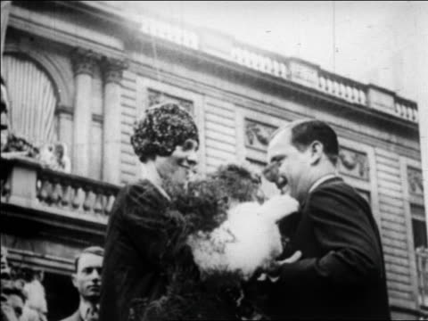 vidéos et rushes de amelia earhart pinning flower on lapel of mayor joseph mckee / nyc / newsreel - 1928