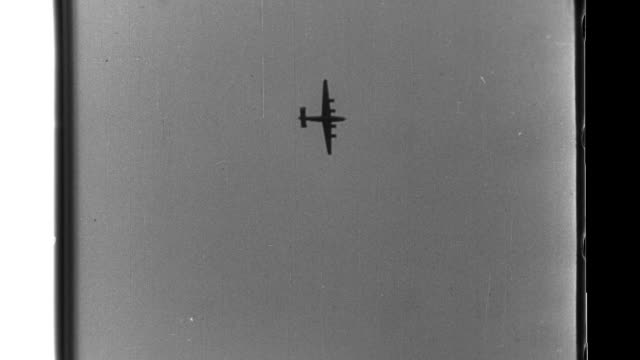 vidéos et rushes de american aircraft attack imperial japanese navy 5th fleet light cruisers and destroyers in kiska harbor and an american pby catalina is shot down but... - vaisseau de guerre
